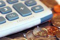 kalkulator i pieniądze na stole