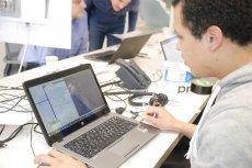 pracownik przy laptopie