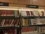 książki na półkach sklepowych